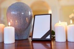 Struttura della foto, urna di cremazione e candele in chiesa Immagini Stock