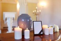 Struttura della foto, urna di cremazione e candele in chiesa Fotografia Stock Libera da Diritti