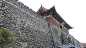 Struttura della grande muraglia della città antica Alterazione causata dagli agenti atmosferici della muratura stock footage