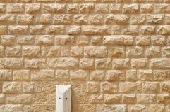 Struttura della parete costruita dei blocchi di pietra gialli approssimativi Fotografia Stock