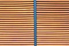 Struttura della parete di legno marrone dell'assicella con il centro del metallo per fondo fotografia stock libera da diritti