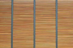 Struttura della parete di legno marrone dell'assicella con metallo per fondo immagine stock
