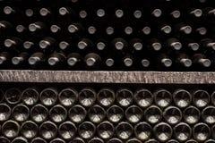 struttura della parete fatta delle bottiglie di vino Fotografia Stock