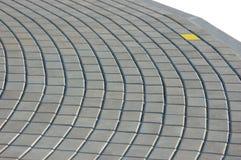Struttura della pavimentazione del Cobblestone con il mattone giallo Immagine Stock
