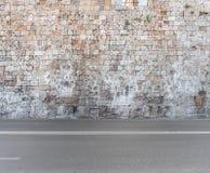 Struttura della priorità alta della parete di pietra e dell'asfalto del grande blocchetto del castello Immagine Stock Libera da Diritti