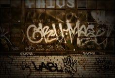Struttura della priorità bassa del muro di mattoni di Grunge dei graffiti fotografia stock libera da diritti