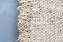 Struttura della tela di sacco del tessuto su un fondo grigio Struttura della tela da imballaggio Tessuto del tessuto del modello Immagini Stock Libere da Diritti