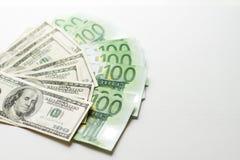 Struttura delle banconote dell'euro e dei dollari americani un fondo bianco di cento fatture dell'euro e del dollaro fotografia stock