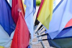 Struttura delle bandiere rosse, blu, gialle festive colorate multi fatte di tessuto I cenni storici fotografie stock