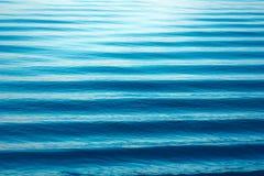 Struttura delle onde di acqua Paesaggio minimalista del bello lago, Onde blu, linee di orizzonte su acqua Posto per testo fotografie stock