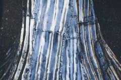 Struttura di alluminio dell'albero, alluminio lucidato e giunti della saldatura sotto il chiaro cielo Immagini Stock