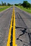 Struttura di Asphalt Road e marcatura di colore gialla della strada ai vicoli separati fotografia stock