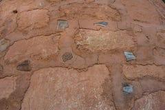 Struttura di Clay Bricks con i pezzi delle terraglie immagini stock libere da diritti