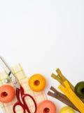 Struttura di Copyspace con gli strumenti e gli accessori di cucito Immagini Stock Libere da Diritti