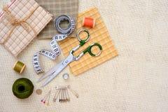 Struttura di Copyspace con gli strumenti e gli accessori di cucito Immagine Stock