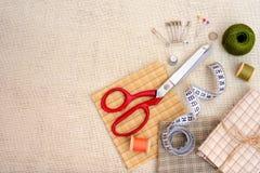 Struttura di Copyspace con gli strumenti e gli accessori di cucito Fotografia Stock