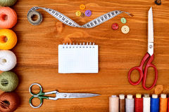 Struttura di Copyspace con gli strumenti e gli accessori di cucito su fondo di legno Fotografie Stock