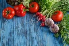 Struttura di estate con le verdure organiche fresche e frutti su di legno Fotografia Stock