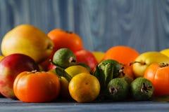 Struttura di estate con le verdure organiche fresche e frutti su di legno Immagini Stock