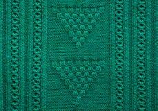 Struttura di fatto a mano tricottato Fine verde del maglione di Natale su sottragga la priorità bassa Fotografie Stock Libere da Diritti