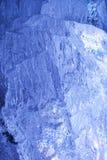 Struttura di ghiaccio con indicatore luminoso posteriore blu scuro. Fotografie Stock