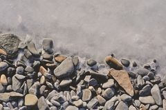 Struttura di ghiaccio e del ciottolo ghiacciato sulla spiaggia fotografia stock libera da diritti