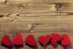 Struttura di giorno di biglietti di S. Valentino - fondo di legno fotografia stock