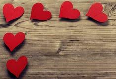 Struttura di giorno di biglietti di S. Valentino - fondo di legno fotografie stock libere da diritti
