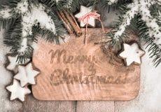 Struttura di inverno decorata con l'albero di Natale, la neve ed i biscotti Fotografia Stock Libera da Diritti