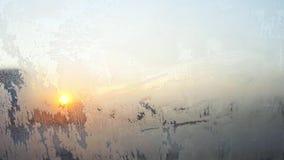 Struttura di inverno del modello di cristallo brillante di brina sul vetro di finestra dell'automobile nell'ambito dei sunlights  stock footage