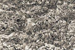 Struttura di inversione del foglio metallizzato grigio argenteo sgualcito con il primo piano delle ammaccature immagine stock