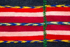 Struttura di lana fatta a mano bulgara brillantemente colorata della coperta Immagini Stock