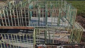 Struttura di legname in costruzione della doppia casa di storia stock footage