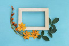Struttura di legno con il fiore giallo fresco ed asciutto Fotografia Stock