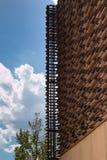 Struttura di legno: Costruzione con la progettazione architettonica moderna fotografia stock