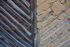 Struttura di legno dei bordi grigi e dell'argilla asciutta sulla parete Fotografie Stock