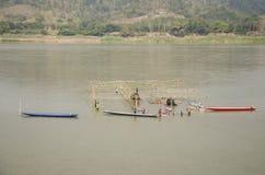 Struttura di legno del lavoratore di demolizione tailandese della gente del ristorante di galleggiamento nel Mekong perché inonda Fotografie Stock Libere da Diritti