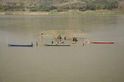 Struttura di legno del lavoratore di demolizione tailandese della gente del ristorante di galleggiamento nel Mekong perché inonda Fotografia Stock Libera da Diritti