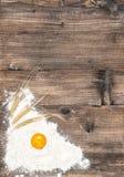 Struttura di legno dell'uovo della farina del fondo dell'alimento fotografia stock libera da diritti