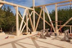 Struttura di legno della casa in costruzione Nuova costruzione incorniciata di una Camera Processo in costruzione della casa in l Immagine Stock