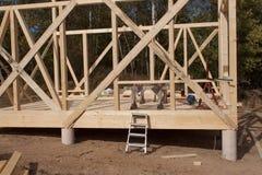 Struttura di legno della casa in costruzione Nuova costruzione incorniciata di una Camera Processo in costruzione della casa in l Fotografia Stock Libera da Diritti