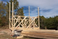 Struttura di legno della casa in costruzione Nuova costruzione incorniciata di una Camera Processo in costruzione della casa in l Fotografia Stock