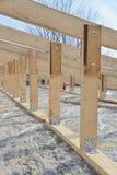 Struttura di legno della costruzione del tetto, nuovo scheletro del tetto, primo piano obbligatorio delle parti Immagine Stock Libera da Diritti