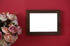 Struttura di legno della foto del modello con spazio per testo o immagine su fondo e sul fiore rossi immagine stock
