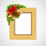 Struttura di legno di Natale con la bacca dell'agrifoglio e di Bell Immagini Stock