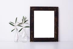 Struttura di legno e fiori, modello domestico della decorazione Fotografia Stock