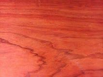 Struttura di legno rossa con petrolio- alcuni riflessi sul legno fotografia stock libera da diritti