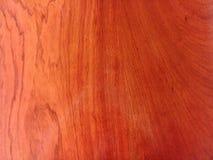 Struttura di legno rossa con petrolio- alcuni riflessi sul legno fotografie stock libere da diritti