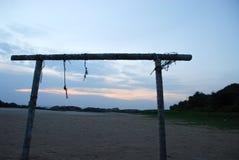 Struttura di legno sul tramonto della spiaggia fotografia stock libera da diritti