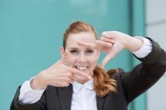 Struttura di Looking Through Finger della donna di affari Immagine Stock Libera da Diritti